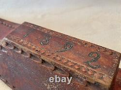 1892 Pennsylvanie Carved Wood Bed Feather Smoother Red Paint Folk Art Aafa
