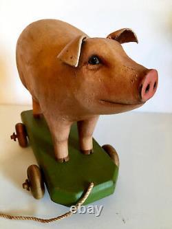 Art Folk Vintage Primitive Pig On Wheels. Sculpté À La Main. Perspectives Crate
