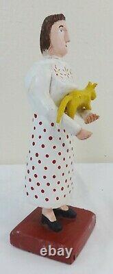 Art Populaire Sculpté Et Peint Figure D'une Femme Tenant Un Chat Jaune C. 1970's