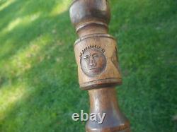 Bâton De Marche D'art Folklorique Sculpté À La Main. Bâton De Marche Avec Le Visage Et Le Cœur