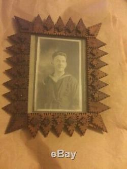 Original Antique Folk / Tramp Art Carved Cadre En Bois Avec Photo 8.5h X 7.5w