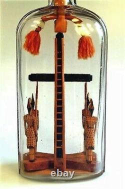 Rare Folk Art, Whimsey, Whimsy Crucifixion Avec 4 Gardes En Bouteille