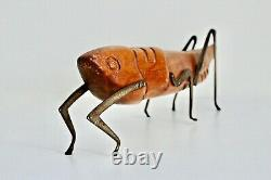 Vtg Milieu Du Siècle Moderne Sculpté En Laiton Bois Art Populaire Grasshopper Sculpture Sarreid